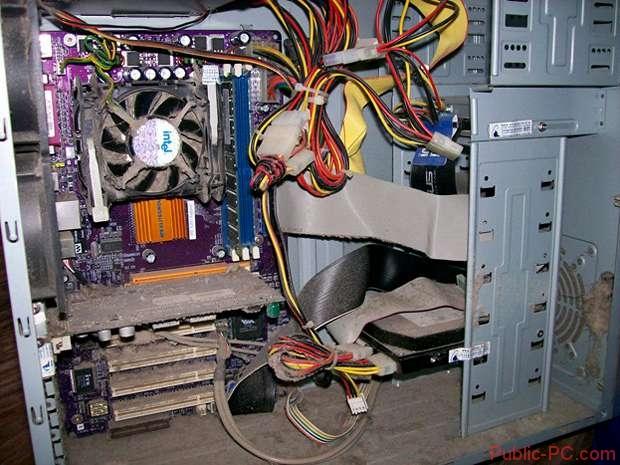 Разобранный компьютер с загрязнениями