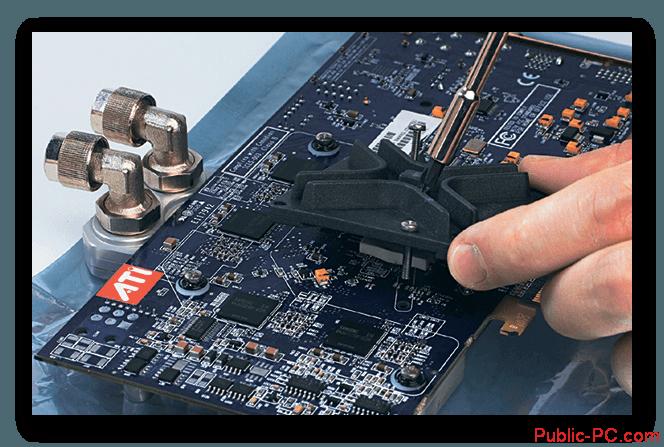 Ustanovka-radiatora-na-chipset-videokarti-dlya-montasha-sistemi-vodyanogo-ohlasdeniya